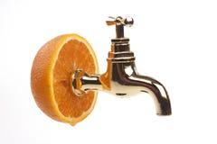 Naranja con un golpecito de oro imagen de archivo