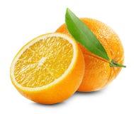 Naranja con una mitad de la naranja y de la hoja aisladas en la parte posterior del blanco Fotos de archivo