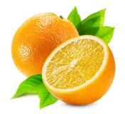 Naranja con una mitad de la naranja y de la hoja aisladas en la parte posterior del blanco Imágenes de archivo libres de regalías