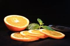 Naranja cortada con la menta Foto de archivo libre de regalías