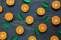 Naranja cortada en de madera rústico Imagen de archivo
