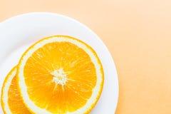 Naranja cortada que miente en la placa blanca, fruta sana popular Fotograf?a puesta plana, visi?n superior, por encima fotos de archivo