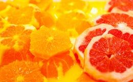 Naranja cortada y naranja de sangre junto imagen de archivo libre de regalías