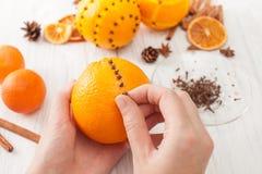 Naranja de la decoración con los clavos para el día de fiesta Fotos de archivo libres de regalías