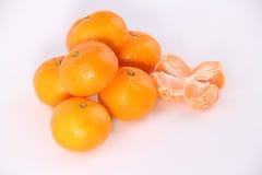 Naranja de la mandarina con las hojas en un fondo blanco Foto de archivo