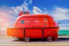 Naranja del bote salvavidas en el piso bajo reparación Foto de archivo