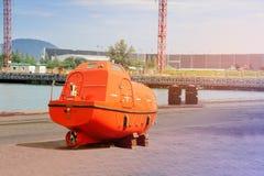 Naranja del bote salvavidas en piso imagen de archivo