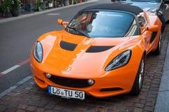 Naranja del elise de Lotus parqueada en la calle Imagen de archivo libre de regalías