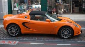 Naranja del elise de Lotus parqueada en la calle Fotos de archivo libres de regalías