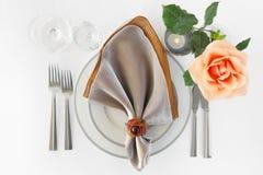 Naranja determinada Rose de los cubiertos de la placa del arreglo de la cena del restaurante Fotos de archivo