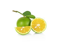 Naranja dulce fresca con las hojas en el fondo blanco fotos de archivo