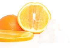Naranja e hielo frescos cortados Foto de archivo