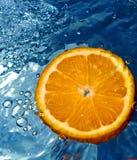 Naranja en agua Foto de archivo