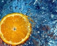Naranja en agua Fotos de archivo
