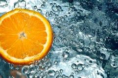 Naranja en agua Fotos de archivo libres de regalías