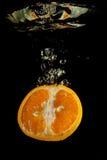 Naranja en agua Imagen de archivo