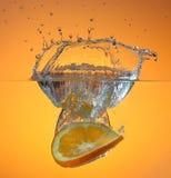 Naranja en chapoteo del agua Fotografía de archivo libre de regalías