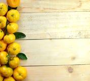 Naranja en el piso de madera Foto de archivo libre de regalías
