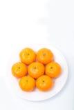 Naranja en el plato blanco Imagen de archivo