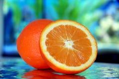 Naranja en fondo azul Foto de archivo libre de regalías