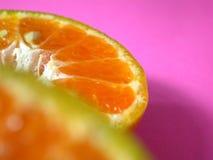 Naranja en fondo rosado imágenes de archivo libres de regalías