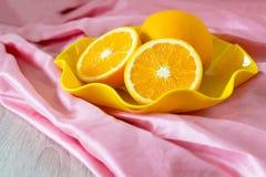 Naranja en la bandeja Imagenes de archivo