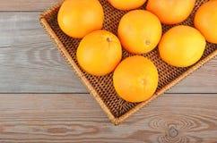 Naranja en la bandeja wickered Fotos de archivo