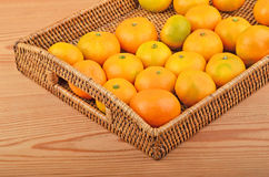 Naranja en la bandeja wickered Imagen de archivo