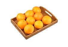Naranja en la bandeja wickered Imagenes de archivo