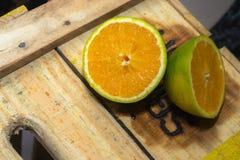 Naranja en la caja del mercado Imagen de archivo
