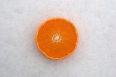 Naranja en la nieve Fotografía de archivo libre de regalías