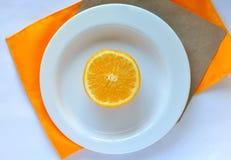 Naranja en la placa fotografía de archivo libre de regalías