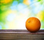 Naranja en la tabla de madera Fotografía de archivo libre de regalías