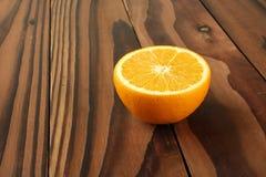 Naranja en la tabla de madera Imagen de archivo libre de regalías
