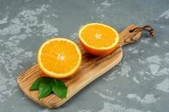 Naranja en un fondo de madera Visión superior Espacio libre para el texto Imagen de archivo