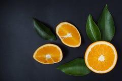 Naranja en un fondo negro Foto de archivo