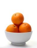 Naranja en un tazón de fuente blanco Foto de archivo libre de regalías