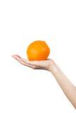 Naranja en una mano fotos de archivo libres de regalías