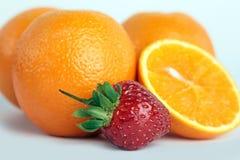 Naranja, fresas en el fondo blanco Imágenes de archivo libres de regalías