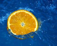 Naranja fresca en agua Fotos de archivo libres de regalías