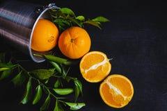 Naranja fresca en cesta en fondo negro fotos de archivo libres de regalías
