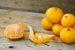 Naranja fresca en la tabla de madera en comedor La fruta sana para pierde el peso, naranjas frescas en fondo de madera foto de archivo