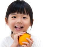 Naranja linda del asimiento de la muchacha Imagen de archivo libre de regalías