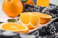 Naranja navel en el mantel Foto de archivo