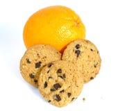 Naranja o galletas aisladas en el fondo blanco fotos de archivo libres de regalías