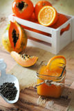 Naranja, papaya y jugo kaky imagen de archivo