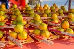 Naranja para dios de ofrecimiento Fotos de archivo