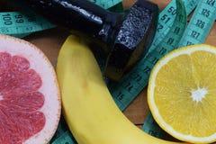 Naranja, pomelo y plátano en la tabla Imagenes de archivo