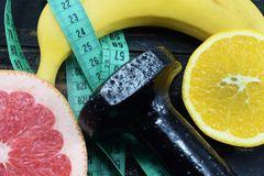 Naranja, pomelo y plátano en la tabla Fotografía de archivo libre de regalías