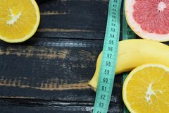 Naranja, pomelo y plátano en la tabla Imagen de archivo